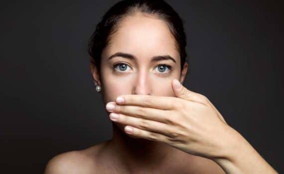 nieświeży oddech brzydki zapach z ust przyczyny