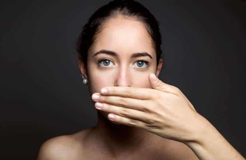 Nieświeży oddech, brzydki zapach z ust – przyczyny i leczenie